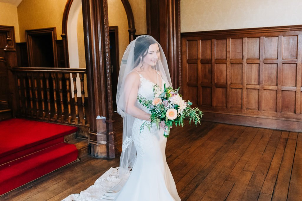 Bride meets her dad before walking down the aisle