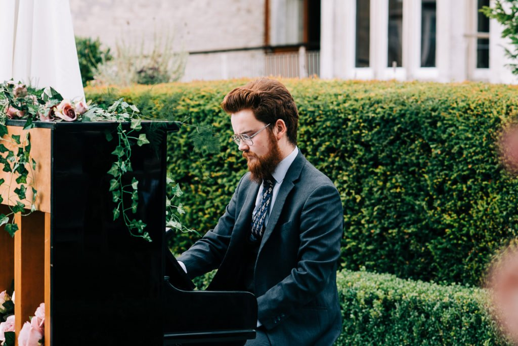 Pianist plays bride down the aisle